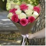 Букет Белые и розовые розы в крафте 15 шт